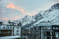 città austriaca moderna in montagne sotto Fotografia Stock Libera da Diritti
