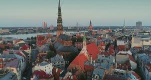 Città Autumn Drone Flight della città di Riga la vecchia giù getta un ponte sulla biblioteca del fiume di daugava archivi video