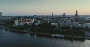 Città Autumn Drone Flight della città di Riga la vecchia giù getta un ponte sulla biblioteca del fiume di daugava video d archivio