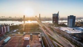 Città Autumn Drone Flight della città di Timelapse Riga la vecchia giù getta un ponte sulla biblioteca del fiume di daugava archivi video