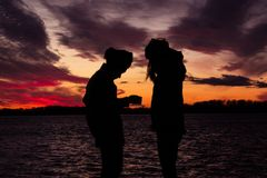 Città beduina di tramonto del cielo rosso fotografia stock