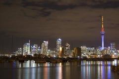 Città CBD di Auckland alla notte immagine stock