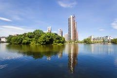 Città che costruisce vicino ad un lago Immagini Stock