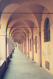 Città con i portici antichi a Bologna fotografie stock libere da diritti