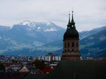 Città contro lo sfondo delle montagne, alpi, Innsbruck, Austria Fotografia Stock