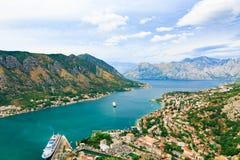 Città costiera, mare e nave da crociera in baia di Cattaro, Montenegro Fotografia Stock
