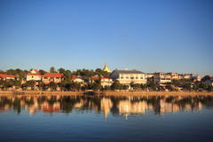 Città dal fiume Fotografie Stock