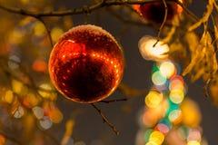 Città decorata la vigilia del Natale Fotografie Stock Libere da Diritti