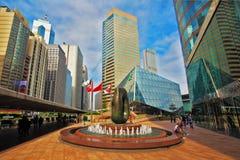 In città decorato con la scultura astratta Fotografia Stock