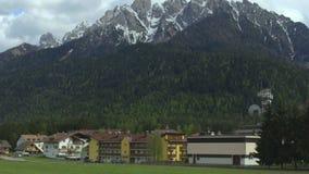 Città del cottage al piede delle alpi del sud del calcare, ricreazione della montagna in Italia archivi video