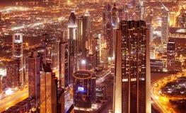 Città del Dubai alla notte Immagini Stock