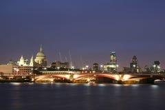 Città del fiume di Tamigi dell'orizzonte di Londra alla notte Immagini Stock Libere da Diritti