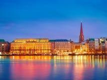 Città del lago Alster e dell'argine, Amburgo di notte Fotografia Stock Libera da Diritti