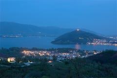 Città del lago Orestiada, Kastoria, vista Grecia di notte Fotografia Stock Libera da Diritti