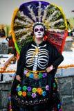 Città del Messico, Messico; 1° novembre 2015: Ritratto di una donna con il cappello variopinto o del penacho nella travestimento  fotografie stock