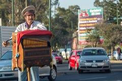 CITTÀ DEL MESSICO, MESSICO - FEBBRAIO, 9 del 2015 - indigente che gioca l'organo di mano sulla via Immagini Stock Libere da Diritti
