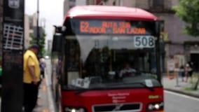 Città del Messico, Messico giugno 2014: L'immagine vaga della fermata dell'autobus, un bus arriva ed apre la porta stock footage