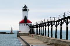 Città del Michigan, Indiana/U.S.A. 3/14/2018: Lightouse in acqua calma un giorno nuvoloso durante l'inverno fotografia stock libera da diritti