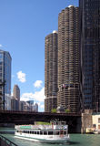Città del porticciolo ed il fiume del Chicago fotografie stock