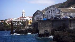 Città del porto sulla spiaggia stock footage
