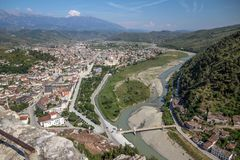 Città del ` s di Berat nuovi e fiume di Osumi dalla collina del castello, Albania Immagine Stock Libera da Diritti
