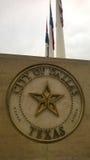 Città del segno di Dallas con le bandiere fotografia stock