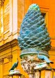 Città del Vaticano, Italia - 2 maggio 2014: Cono di abete È situato sul cortile del Vaticano Vista verticale Fotografia Stock