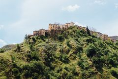 Città dell'altopiano in Italia sopra la montagna Fotografia Stock