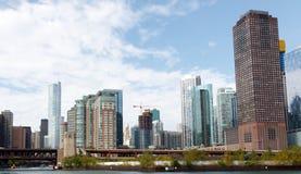 Città dell'orizzonte di Chicago con il fondo del cielo blu Fotografia Stock Libera da Diritti