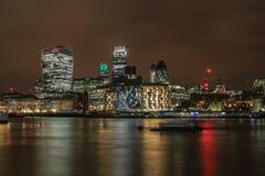 Città dell'orizzonte di Londra alla notte fotografia stock