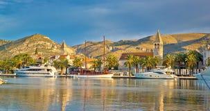 Città dell'Unesco dell'orizzonte di Traù fotografia stock libera da diritti
