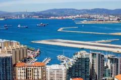 Città della baia di Gibilterra e della pista dell'aeroporto Immagini Stock Libere da Diritti