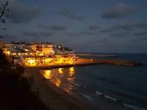 Città della costa durante il tramonto Immagine Stock