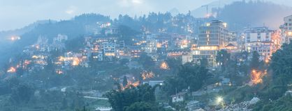Città della montagna di Sapa nel Vietnam del Nord a penombra fotografie stock libere da diritti