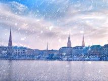 Città della neve di inverno Paesaggio urbano del lago Alster e di Amburgo di inverno Fotografia Stock Libera da Diritti