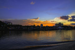 Città della riva del fiume durante il tramonto Immagini Stock