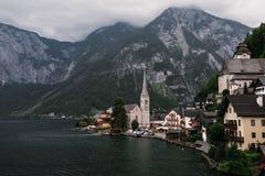 Città della riva del lago di Hallstatt che riflette nel lago Hallstattersee nelle alpi austriache, Austria Fotografia Stock