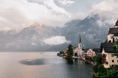 Città della riva del lago di Hallstatt che riflette nel lago Hallstattersee nelle alpi austriache, Austria Immagine Stock Libera da Diritti