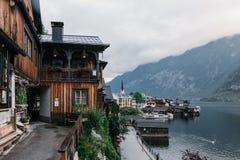 Città della riva del lago di Hallstatt che riflette nel lago Hallstattersee nelle alpi austriache, Austria Immagini Stock Libere da Diritti