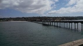 Città della spiaggia di California osservata dall'estremità del pilastro Fotografia Stock
