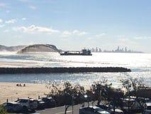Città della spiaggia, dragaggio della sabbia Immagine Stock