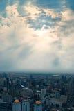 Città delle costruzioni e del cielo piacevole Fotografie Stock Libere da Diritti