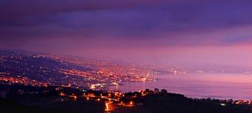 Città delle montagne alla notte immagini stock