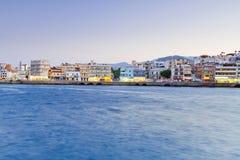 Città di Agios Nikolaos alla notte su Creta Fotografie Stock Libere da Diritti