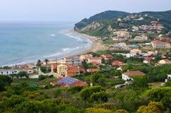 Città di Agios Stefanos in bella baia sull'isola di Corfù Immagine Stock Libera da Diritti