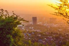 Città di Almaty in nebbia nel tramonto con smog e polvere nell'aria il Kazakistan Immagini Stock Libere da Diritti