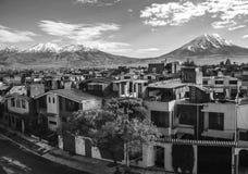 Città di Arequipa con i suoi vulcani di Misti e di Chachani Fotografia Stock