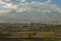 Città di Arequipa, Perù con i suoi campi e vulcano Chachani Immagine Stock Libera da Diritti