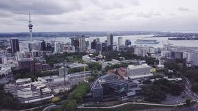 Città di Auckland con la nave da crociera nel porto, metraggio aereo 4k stock footage