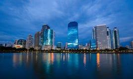 Città di Bangkok del centro alla notte con la riflessione di orizzonte, Bangk fotografie stock